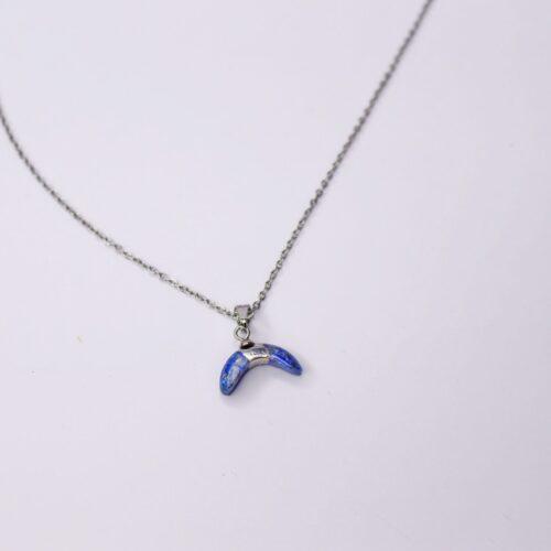 Colgante color plata con detalle media luna de piedra azul