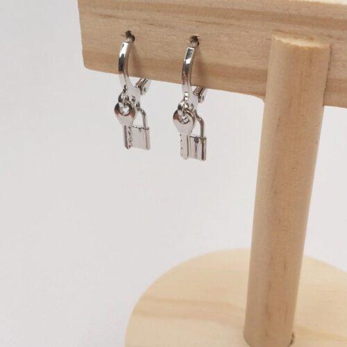 Pendientes mini aro llave y candado color plateado